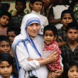 01 Jan 1980, Calcutta, India --- Mother Teresa accompanied by children at her mission in Calcutta, India --- Image by © Tim Graham/Corbis